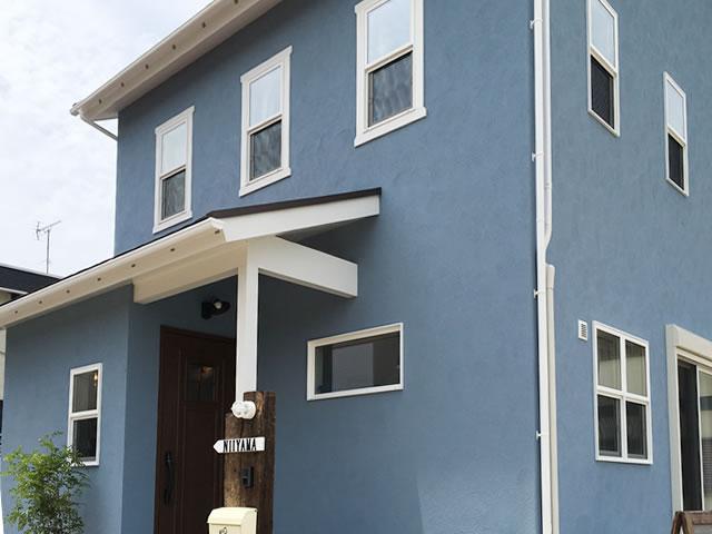 ブルーの塗り壁のMaman(ママンの家)