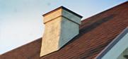 とんがり屋根と煙突がある天然漆喰の家